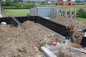 Budowa domu toproces, którego niezmiernie istotnym etapem są ściany. Pierwszą czynnością jest dokładne ułożenie izolacji poziomej  pod ścianami (my wykonujemy ją wyłącznie zpap termozgrzewalnych 2x).